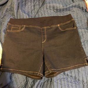 NWOT TERRA & SKY jegging style shorts.